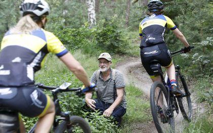 Reptielendeskundige Anton van Beek bij een mountainbikeroute.beeld VidiPhoto