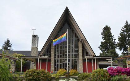 Ook de Sand Point Community United Methodist Church in Seattle, in de staat Washington, tooit zich met de regenboogvlag.beeld Wikimedia, Joe Mabel