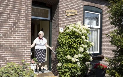 Margo Leeflang in de deuropening van haar woning in Ouddorp. beeld RD, Anton Dommerholt