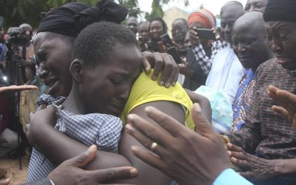 Een Nigeriaanse moeder knuffelt haar dochter, die op 5 juli samen met nog ruim 120 leerlingen van de Bethel Baptist High School in Damishi werd ontvoerd. De gewapende aanvallers, vermoedelijk islamitische Fulaniherders, bestormden de school in de noordwestelijke staat Kaduna, terwijl de kinderen lagen te slapen in hun nachtverblijven. beeld AFP