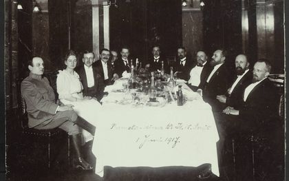 Herman Bavinck (derde van rechts) bij een promotiediner in 1917. beeld collectie HDC