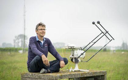 Onderzoeker Bert Heusinkveld bij een zonnevolger op het meteorologisch waarnemingsterrein van de universiteit in Wageningen.beeld Niek Stam