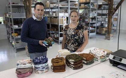 Ondernemers Marco Vermeer en Ilka van der Poel bij de inpaktafel van hun webshop in wasbare luiers, Nappy's.nl. beeld RD, Anton Dommerholt