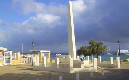 Op de boulevard van Kralendijk staat een monument voor de Bonairiaanse oorlogsslachtoffers.beeld Marius Bremmer
