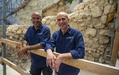 Ortal Chalaf (l.) en dr. Joe Uziel.beeld Israëlische Oudheidkundige Dienst, Yani Berman