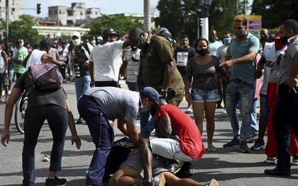 Een demonstrant wordt gearresteerd tijdens het protest tegen het communistische regime drie weken geleden in de Cubaanse hoofdstad Havana.beeld AFP, Yamil Lage