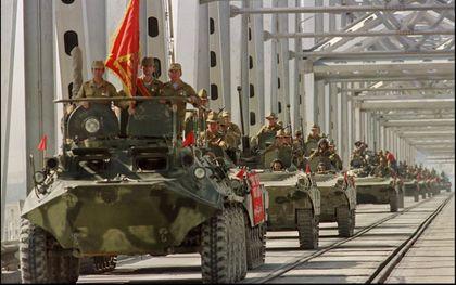De Russen vielen Afghanistan in 1979 binnen. Tien jaar later bliezen ze de aftocht. Op de foto verlaten Russische tanks Afghanistan. beeld EPA
