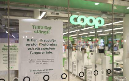 """""""Tijdelijk gesloten. We hebben een IT-storing"""" meldt deze vestiging van Coop in het Zweedse Stockholm aan zijn klanten. De supermarktketen was op 3 juli het slachtoffer van een omvangrijke aanval met ransomeware. beeld EPA, Ali Lorestani"""