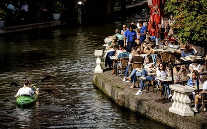 Terrassen, zoals hier in Utrecht, kunnen worden bezocht zonder coronapas. Dat geldt dan weer niet voor een bezoek aan het toilet.beeld ANP, Robin van Lonkhuijsen