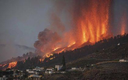 Zeker honderd huizen zijn begraven onder de zes meter dikke rivier van lava. beeld AFP, Desiree Martin