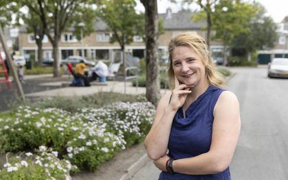 """Deborah woont in  """"een soort hofje"""" in Kanaleneiland. """"De mensen in de buurt zijn erg betrokken op elkaar. Ik voel me een echte Kanaleneilander."""" beeld RD, Anton Dommerholt"""