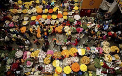 Hindoes in India kopen bloemen in aanloop naar een feest ter ere van de god Ganesha, begin september.beeld EPA, Jagadeesh Nv