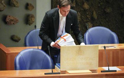 Minister Hoekstra overhandigt de Miljoennennota aan de voorzitter van de Tweede Kamer.beeld ANP, Phil Nijhuis