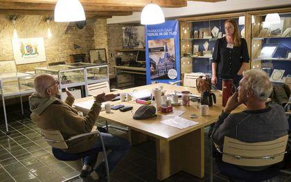 Nine de Vries in het archief van Franeker. beeld Sjaak Verboom