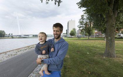 """Anton van Wijk met zijn zoontje Jonas in Kanaleneiland: """"In deze wijk, waar nog geen 5 procent christen is, ben ik blij als ik iemand tegenkom die waarde hecht aan het Evangelie.""""beeld RD, Anton Dommerholt"""