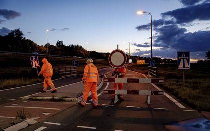 Wegwerkers sloten maandag de oprit naar de A12 af. De snelweg is negen dagen dicht voor onderhoud.beeld ANP, Robin Lonkhuijsen