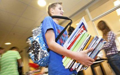 Brugpieper sjouwt met schoolboeken.beeld ANP, Koen Suyk