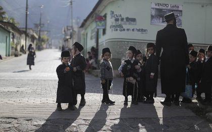 Leden van de ultraorthodoxe Joodse beweging Lev Tahor in San Juan La Laguna, Guatemala. Archiefbeeld Reuters