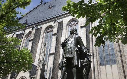 De Thomaskirche in Leipzig met ervoor het standbeeld van Johann Sebastian Bach.beeld RD, Henk Visscher