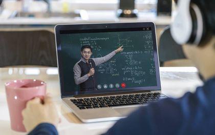 Het Amsterdamse techbedrijf KIMO heeft een app ontwikkeld die een volledig gepersonaliseerd pad uitstippelt waarlangs mensen kunnen omscholen en de vaardigheden opdoen die gevraagd worden voor hun nieuwe baan.beeld iStock