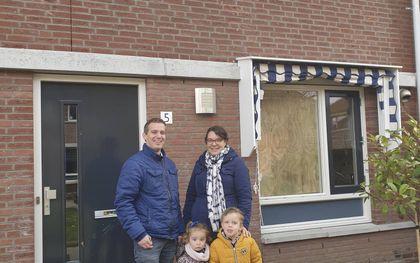Familie Wesdorp voor hun beschadigde huis. Dakpannen vlogen door de ruiten. beeld familie Wesdorp