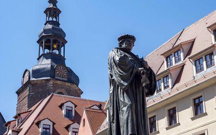 """Volgens Luther verzoent niets God meer """"dan dat men Hem de eer geeft dat Hij waarachtig en genadig is."""" Foto: Lutherstandbeeld in Eisleben. beeld iStock"""