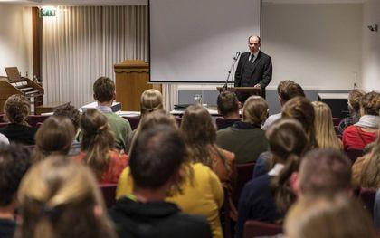 """Prop. A. J. van Wingerden uit Hendrik-Ido-Ambacht sprak zaterdag in Barneveld voor circa honderd jongeren over het thema """"Gezag"""". beeld André Dorst"""