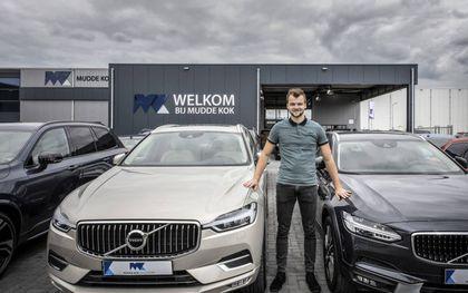 """Christian Mussche poseert op het bedrijfsterrein waar de Volvo's van Mudde Kok wachten op een nieuwe eigenaar. """"Normaal gesproken staan hier zo'n 250 voertuigen opgesteld.""""beeld Henk Visscher"""