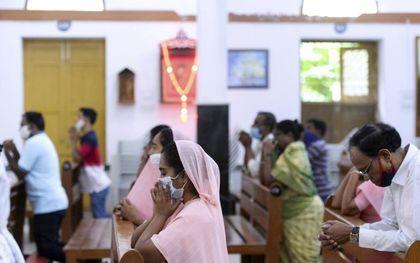 Door de coronacrisis werden er voor een korte periode minder incidenten tegen christenen gemeld. Dit kwam doordat mensen binnen zaten en kerken gesloten waren.beeld AFP, Noah Seelam