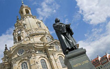 """""""De grondstructuur van Luthers denken ligt niet allereerst in de rechtvaardiging, maar in wat hij noemde: de theologie van het kruis. Daarmee gaf hij een van de belangrijkste bijdragen ooit aan de christelijke leer."""" Foto: standbeeld van Luther bij de Fra"""