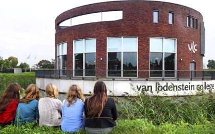 Leerlingen bij het gebouw van het Van Lodenstein College in Kesteren.beeld ANP, Piroschka van der Wouw