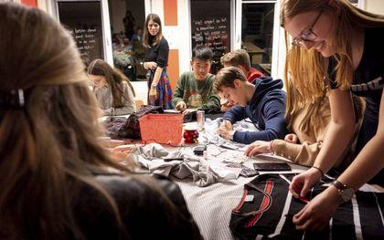 """Lessenmarathon op het Ichthus College in Veenendaal. De school heeft vanouds een open toelatingsbeleid. """"Variatie heeft meerwaarde, maar levert wel veel gespreksstof op.""""beeld Niek Stam"""