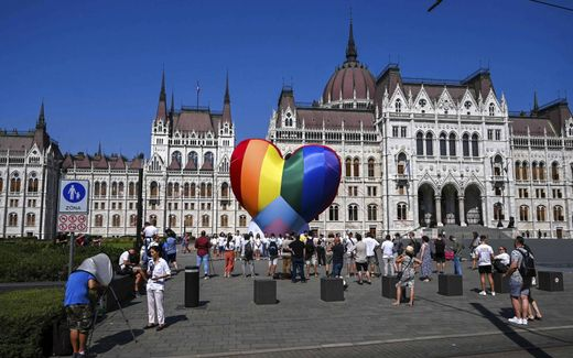 Activisten demonstreren begin juli in de Hongaarse hoofdstad Boedapest tegen een nieuwe wet die het promoten van seksualiteit, geslachtsverandering en homoseksualiteit aan kinderen onder de 18 jaar verboden maakt. beeld AFP, Attila Kisbenedek