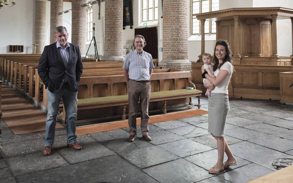 """""""Het is belangrijk dat je als kerk naar buiten treedt"""", zegt Evelien Bosch, lid van het kernteam """"Werk aan de kerk"""" in Loenen aan de Vecht, op de foto samen met Maarten Bootsma (l.) en ds. P. Nagel.beeld Sjaak Verboom"""