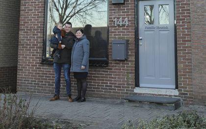 De woning van Harald, Esther en Mirthe Heutink in Genemuiden wordt te klein nu het gezin uitbreidt.beeld familie Heutink