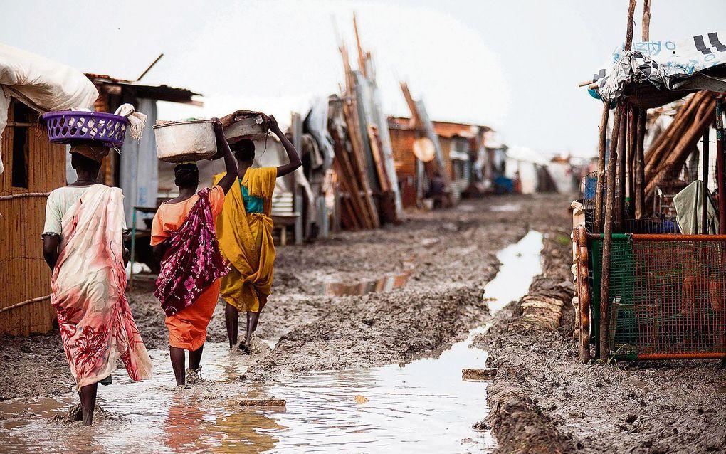 In Zuid-Sudan zijn 2,3 van de 11 miljoen inwoners op de vlucht voor geweld, zoals deze vrouwen in een kamp in Malakal. Het verscheurde land viert morgen zijn vijfde verjaardag.beeld AFP, Albert Gonzalez Farran