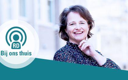 Mariska Dijkstra, de host van seizoen twee van de wekelijkse podcastserie 'Bij ons thuis' over opvoeding.