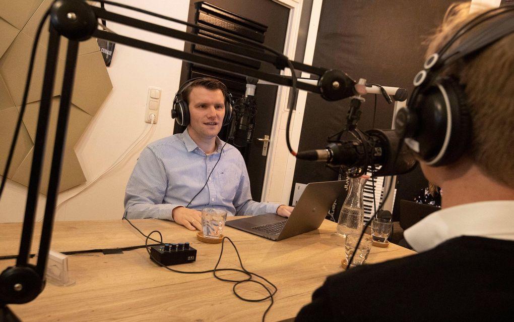 Evert Barten en Steven Middelkoop tijdens opnames van seizoen een van de opvoedpodcast 'Bij ons thuis'. beeld RD