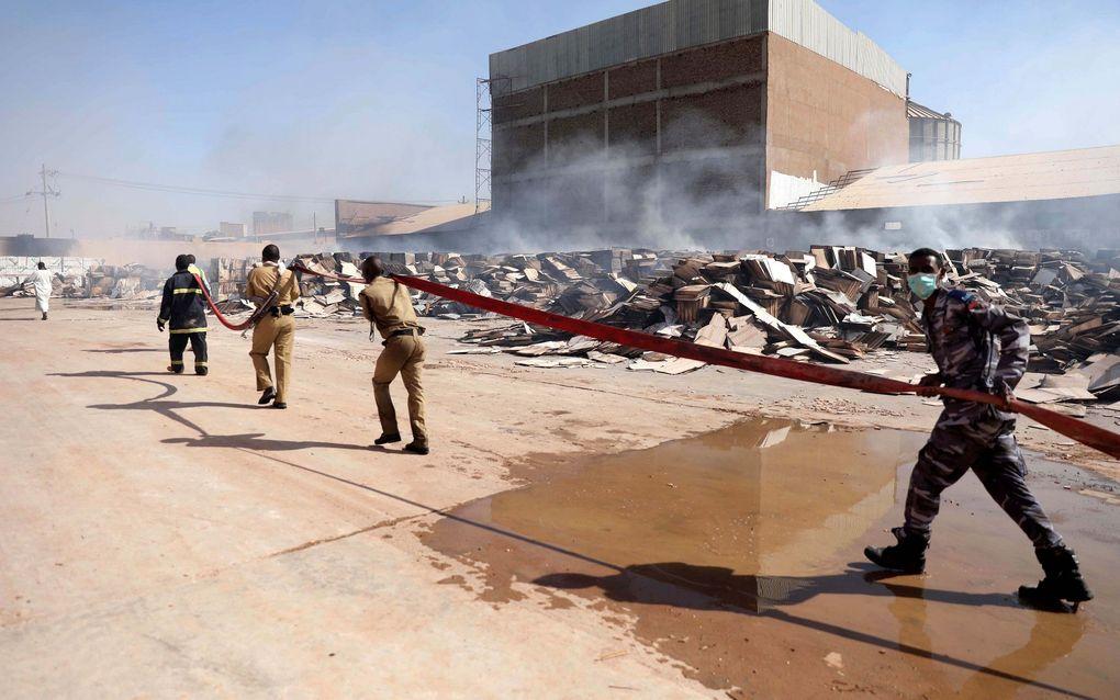 Opruimwerkzaamheden na een explosie in een fabriek in Khartoum, Soedan. Bij conflicten in Zuid-Soedan kwamen het afgelopen decennium ongeveer 400.000 mensen om, blijkt uit cijfers van stichting ZOA. beeld EPA