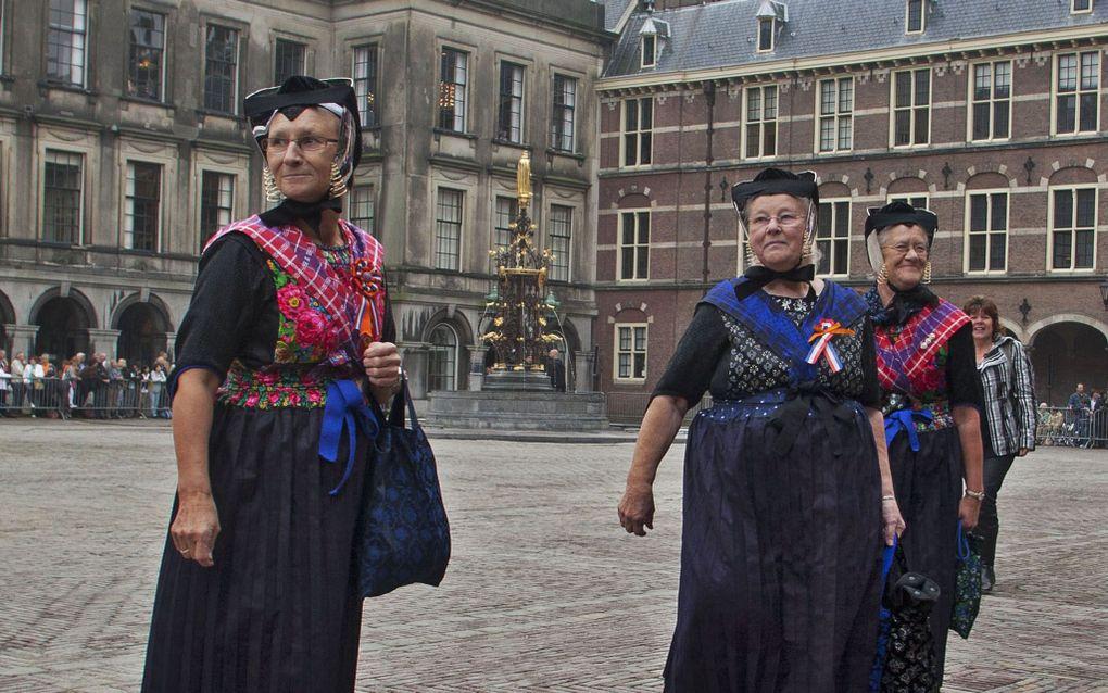 DEN HAAG– Duizenden mensen waren dinsdag in Den Haag om een glimp van koningin Beatrix of een van de Oranjes op te vangen. Zo ook Staphorster dames. Langs de route van de gouden koets stonden rijen veelal in oranje uitgedoste toeschouwers urenlang te wac