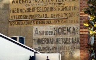 """DEN HAAG – De Stichting Haags Industrieel Erfgoed (SHIE) heeft een route samengesteld langs ongeveer veertig historische muurreclames en reclamelijsten in Den Haag. Wandelaars en fietsers kunnen het routeboekje """"Muurvlakte te huur"""" vanaf komende woensda"""