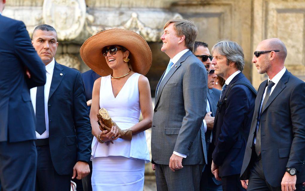 Het koningspaar woensdagochtend bij het stadhuis in de Siciliaanse hoofdstad Palermo. beeld ANP
