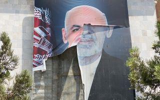 Een weergave van een gescheurde poster van de voormalige Afghaanse president Ashraf Ghani die het land ontvluchtte nadat de Taliban het overnam. beeld EPA, STRINGER