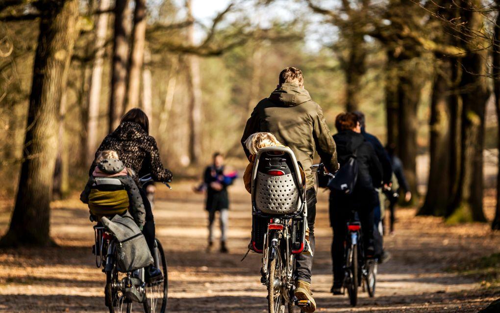 Dagjesmensen tijdens het eerste lenteweer dit jaar in Woudenberg. beeld ANP, REMKO DE WAAL