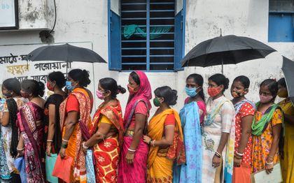 Mensen in India in de rij voor een vaccin. beeld AFP, Diptendu DUTTA