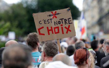 Protest tegen de coronamaatregelen in Parijs. beeld AFP, GEOFFROY VAN DER HASSELT
