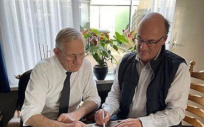 Uitgever H. C. van Wijngaarden uit Barneveld (links) en uitgever M. J. Ruissen van De Ramshoorn bij de overname van het fonds van Van Wijngaarden door De Ramshoorn. beeld uitg. De Ramshoorn