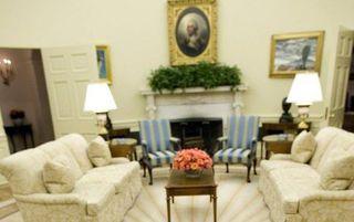 Het Witte Huis nadat Bush is vertrokken. Op de tafel een brief die Bush heeft achtergelaten voor Obama. Foto EPA