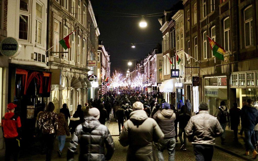 MVV supporters verzamelen zich op de Markt voor het stadhuis in Maastricht. Zij zeggen de stad te willen beschermen tegen relschoppers. beeld ANP JEAN-PIERRE GEUSENS