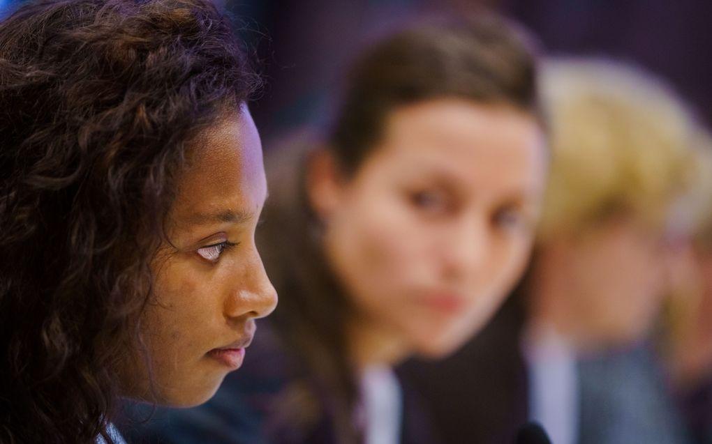 Dilani Butink en haar advocaat Lisa-Marie Komp in de rechtszaal tijdens de uitspraak van de rechtbank. De door Nederlandse ouders geadopteerde Butink heeft de Staat voor de rechter gesleept over haar adoptie uit Sri Lanka. Volgens de vrouw heeft de Nederlandse overheid te weinig gedaan om gesjoemel met adopties te voorkomen. beeld ANP, Marco de Swart